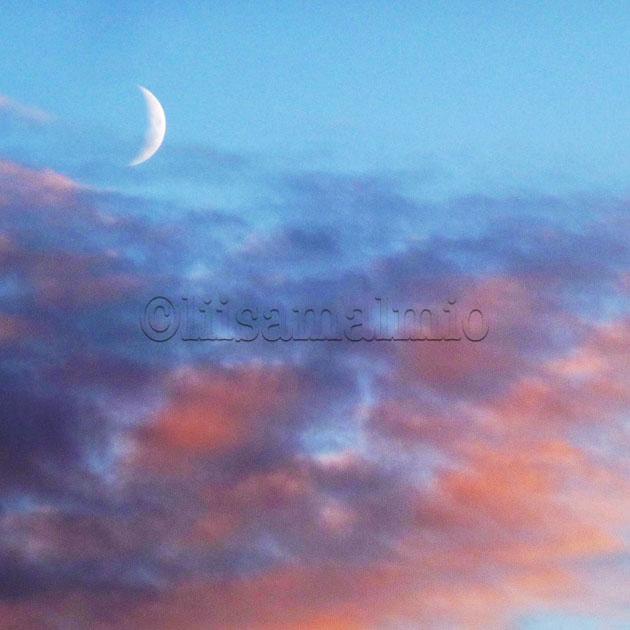 Kuunsirppi näkyy roosanväristen pilvien yläpuolella taivaalla Korppoon saaristossa