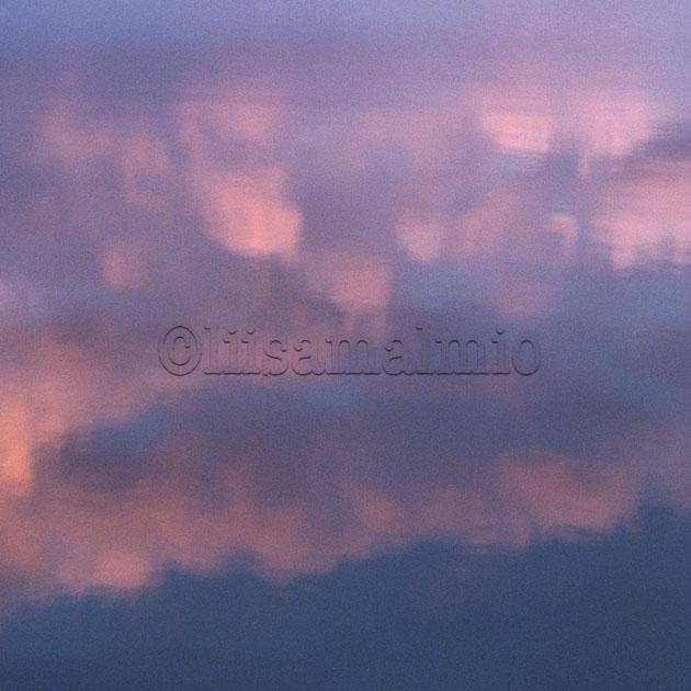 auroosanväriset pilvet heijastuvat meren pinnalla Korppoossa